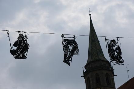 Nina Joana Bergold: Figuren aus schwarzer PVC Folie